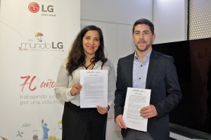 Irina Reyes, directora Chilenter y Eduardo Troncoso, gerent de Marketing de LG Electronics